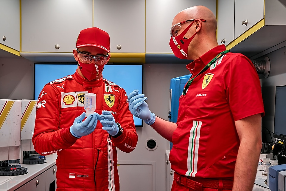 Guy Lovett et Kimi Raikkonen faisant la promotion de shell v-power